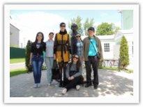 Студенты дирижерско-хорового отделения во дворе Дома-музея Г.В. Свиридова